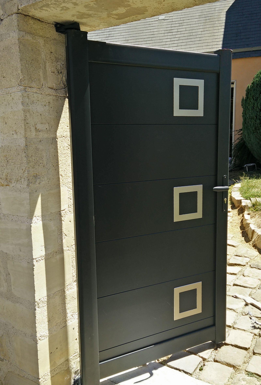 Portillon En Aluminium Plein A Lames Horizontales Et Hublots Decoratifs Inox Sur Le Cote Droit Avec Gac Portail Aluminium Portail Aluminium Battant Portillon