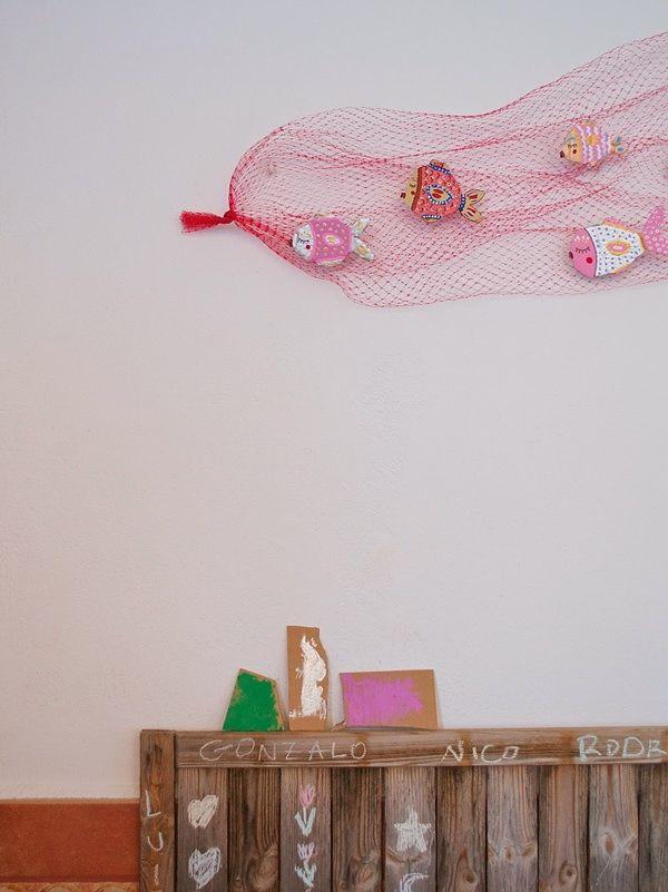 Pesciolini di cartone nella rete (delle arance). Crafts with children…a decorative fish web - Petit & Small
