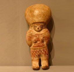 Lsa figuras humanas son representados con formas redondeadas y voluminosas, PORTANDO UN TURBANTE O TOCADO EN LA CABEZA,
