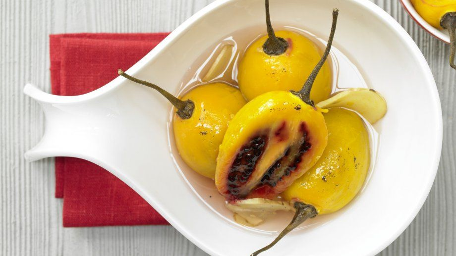 Asien-Aroma vom Feinsten: Pochierte Tamarillos mit Zitronengras und Ingwer   http://eatsmarter.de/rezepte/pochierte-tamarillos