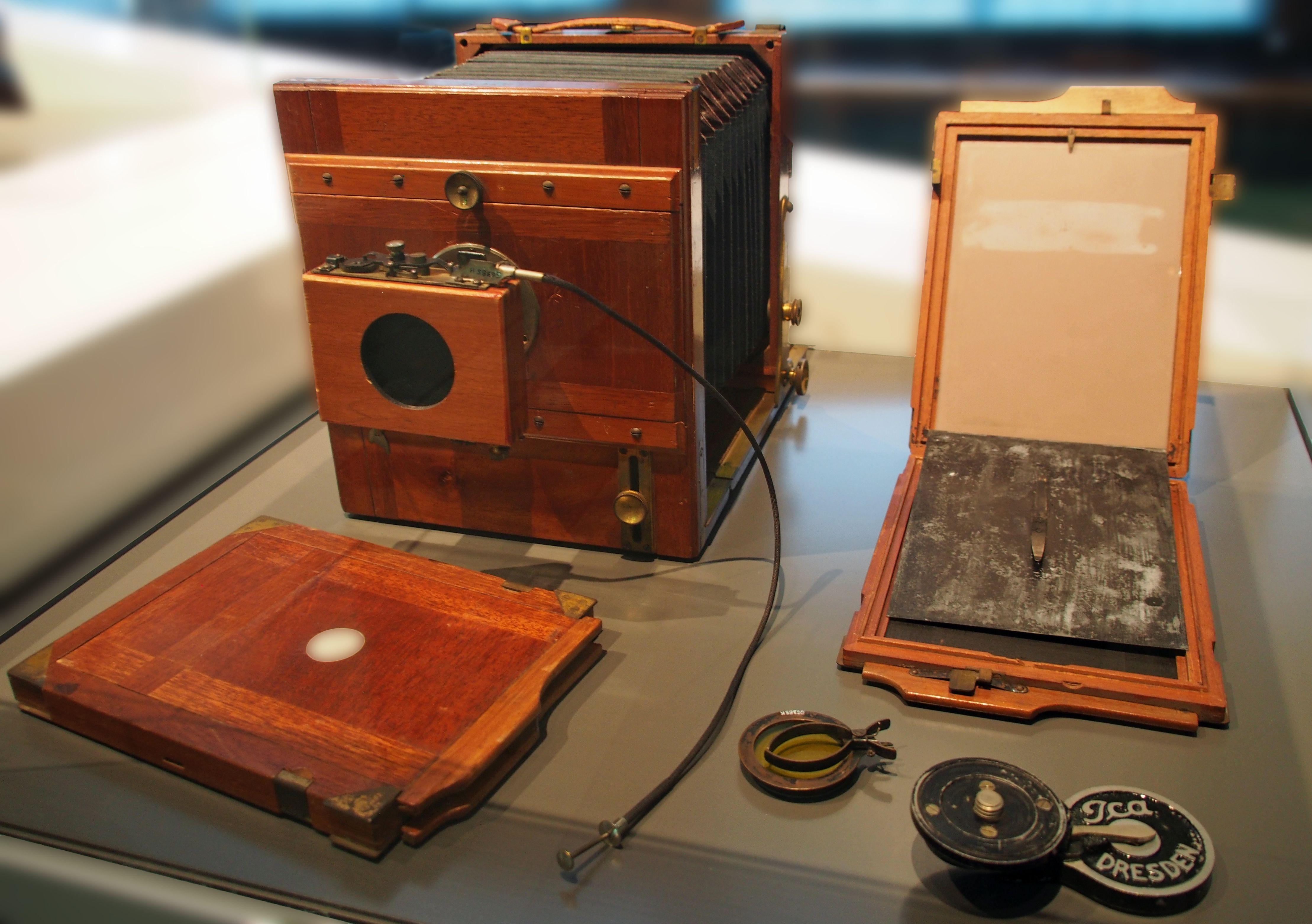 Produkt der ICA AG Dresden, Einäugige Plattenkamera für Schwarzweiß-Fotos im Querformat 13x18 cm, mit Rollverschluss (um 1910)