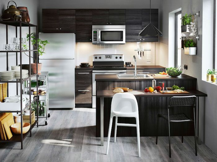 Schwarze Regale, Kochinsel Und Ein Tisch Mit Zwei Verschiedenen Stühlen,  Offene Küche