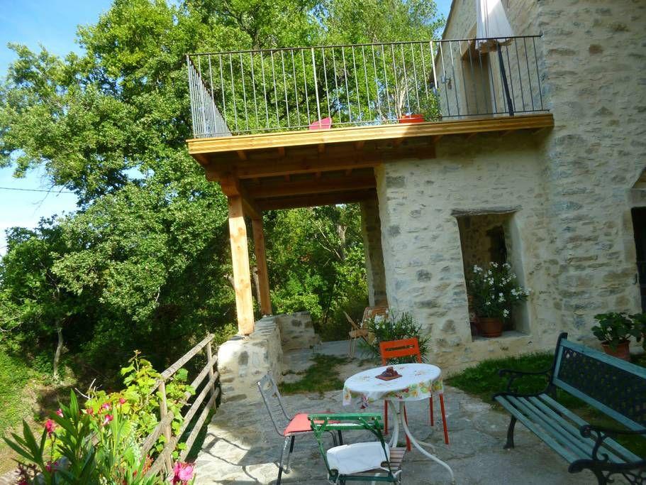 La terrasse du bas et la terrasse du haut.