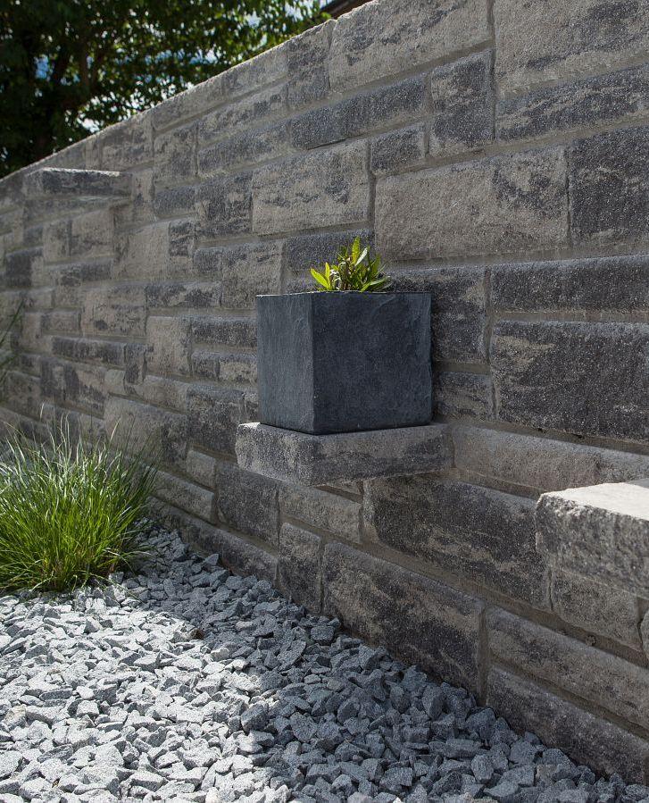 Freistehende Mauer im mediterranen Stil. Die herausstehenden ...