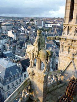 La Statue Du Roi Gradlon Sur La Cathedrale De Quimper