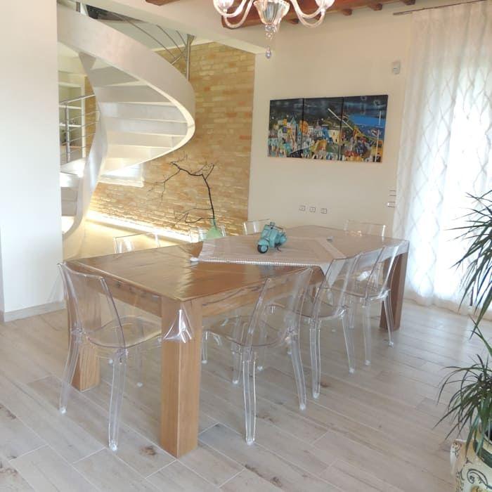 Tavolo E Sedie Trasparenti.Sala Da Pranzo Con Tavolo In Rovere E Sedie Moderne In