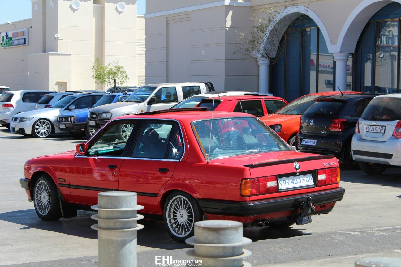 325i Happy Monday Photo Of The Day Photo Credit Exlv Exlvhood Tag Owner Bmw Bmwclassic E30 320i 3 Bmw E30 E30 Convertible E30