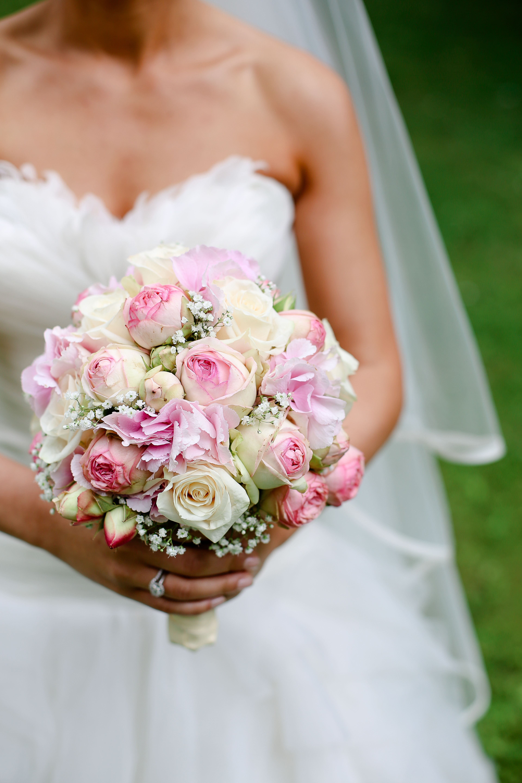 Klassisch gehaltener Brautstrau mit weien und rosa Rosen
