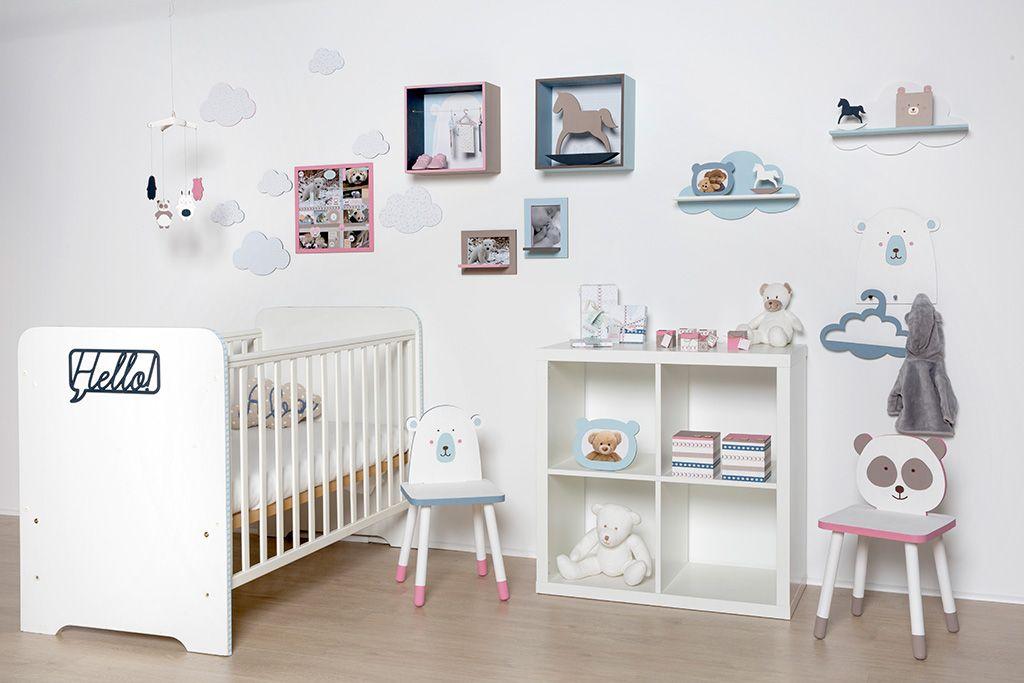 Décoration de chambre bébé adorable. Des couleurs pastel, blanc ...