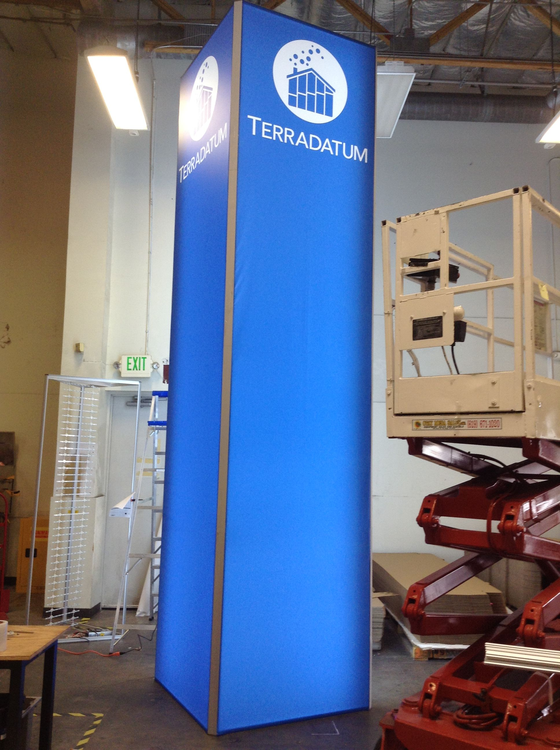 Seg Towers Production Prints Retractable Banner Stand Trade Show Display Booth Design