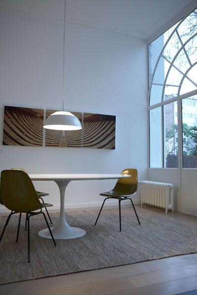 salle à manger avec chaise ray  eames donnat sur une fenêtre d - decoration de salle de sejour