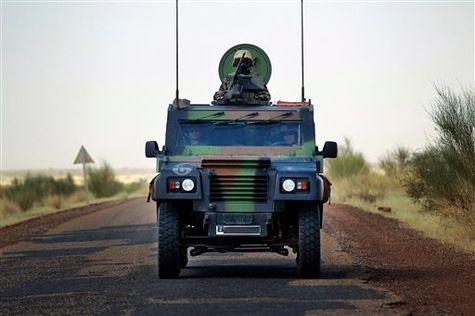Des soldat français au Mali dans une voiture conçue par l'armée britannique.