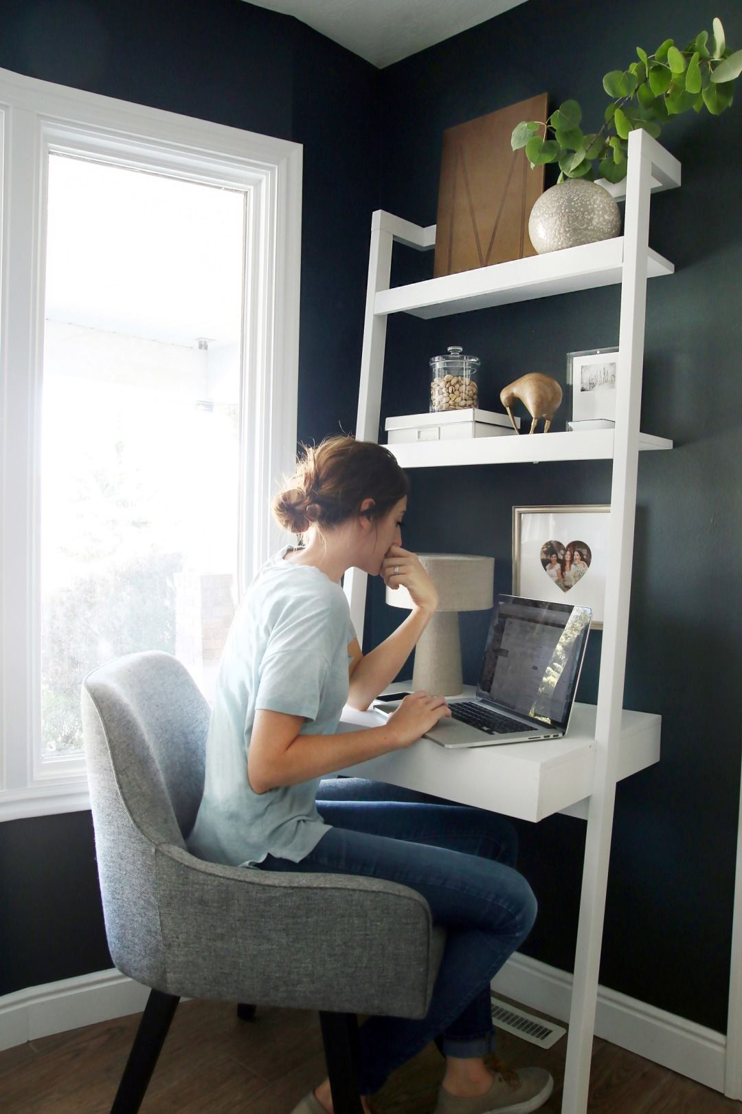 Charmant Girl Working On Laptop At Small White Leaning Desk