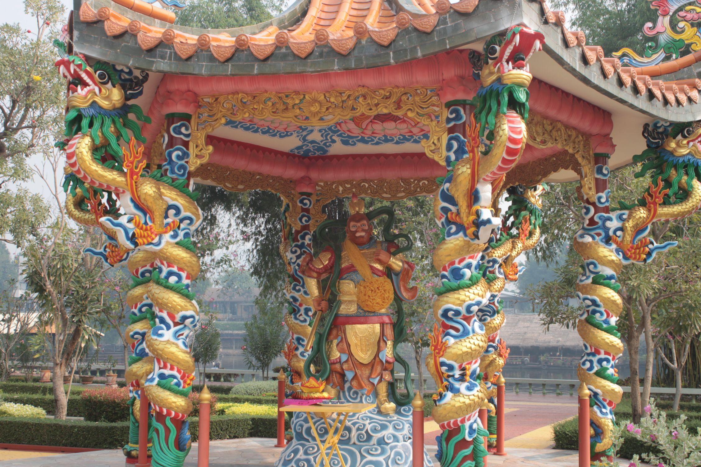 Rey mono en el templo Budista Chino al otro lado del río