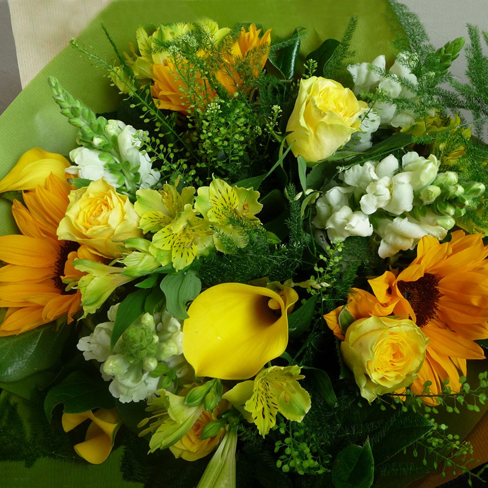 A subtle blend of mixed yellow and white flowers with