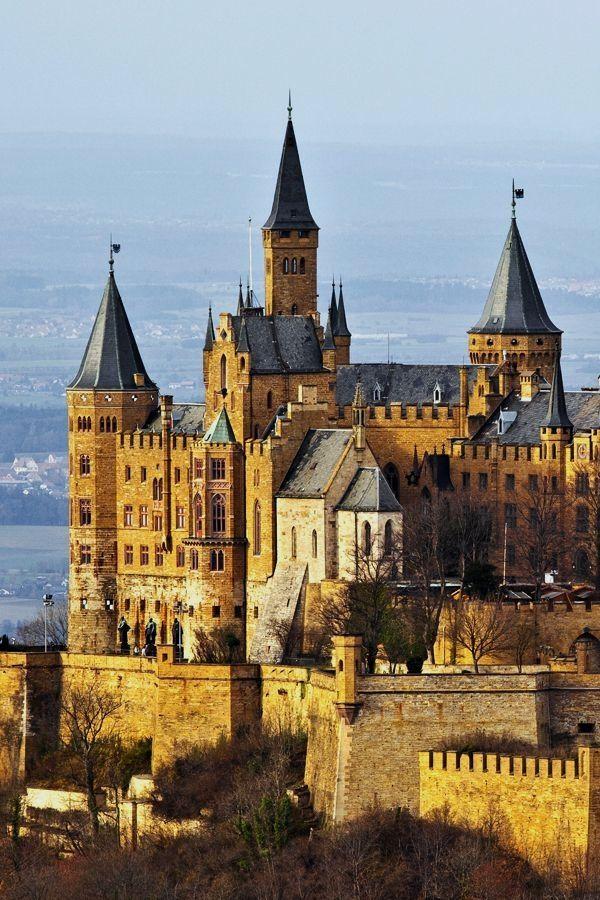 Burg Hohenzollern Ganz Einsam Thront Die Burg Hohenzollern Der Stammsitz Des Preussischen Konigshauses Und Der Germany Castles Beautiful Castles Castle House