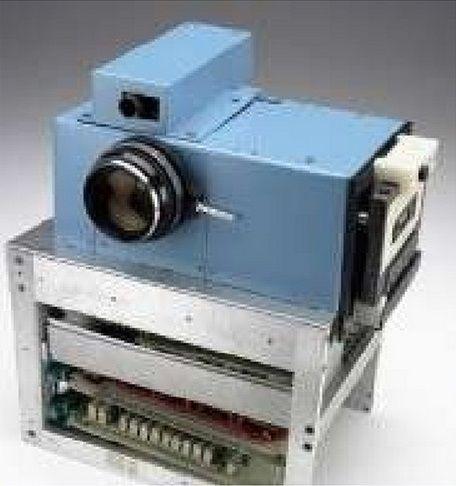 Esta es la primera cámara digital de la historia y fue realizada en 1975 por Steve Sasson de la marca kodak.