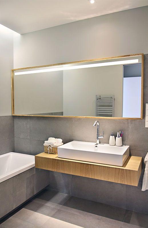 Szara Lazienka Z Drewnianym Blatem Lazienka Styl Nowoczesny Aranzacja I Wystroj Wnetrz Bathroom Inspiration Minimalism Interior Small Bathroom