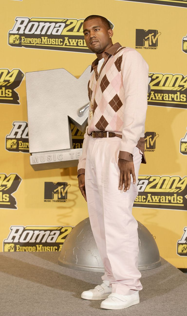 50 Celebrity Outfits From The Early 2000s That Ll Make You Say Wow What A Different Time Celebrity Outfits Kanye West Style Kanye West Photo