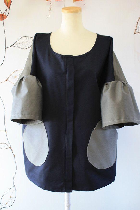 正面が濃紺で、背面はカーキ、そでとポケットがグレーの3色です。ドルマンスリーブですが、袖にきりかえしが入っていて、ベルスリーブのようになっていて、とてもエレガ... ハンドメイド、手作り、手仕事品の通販・販売・購入ならCreema。
