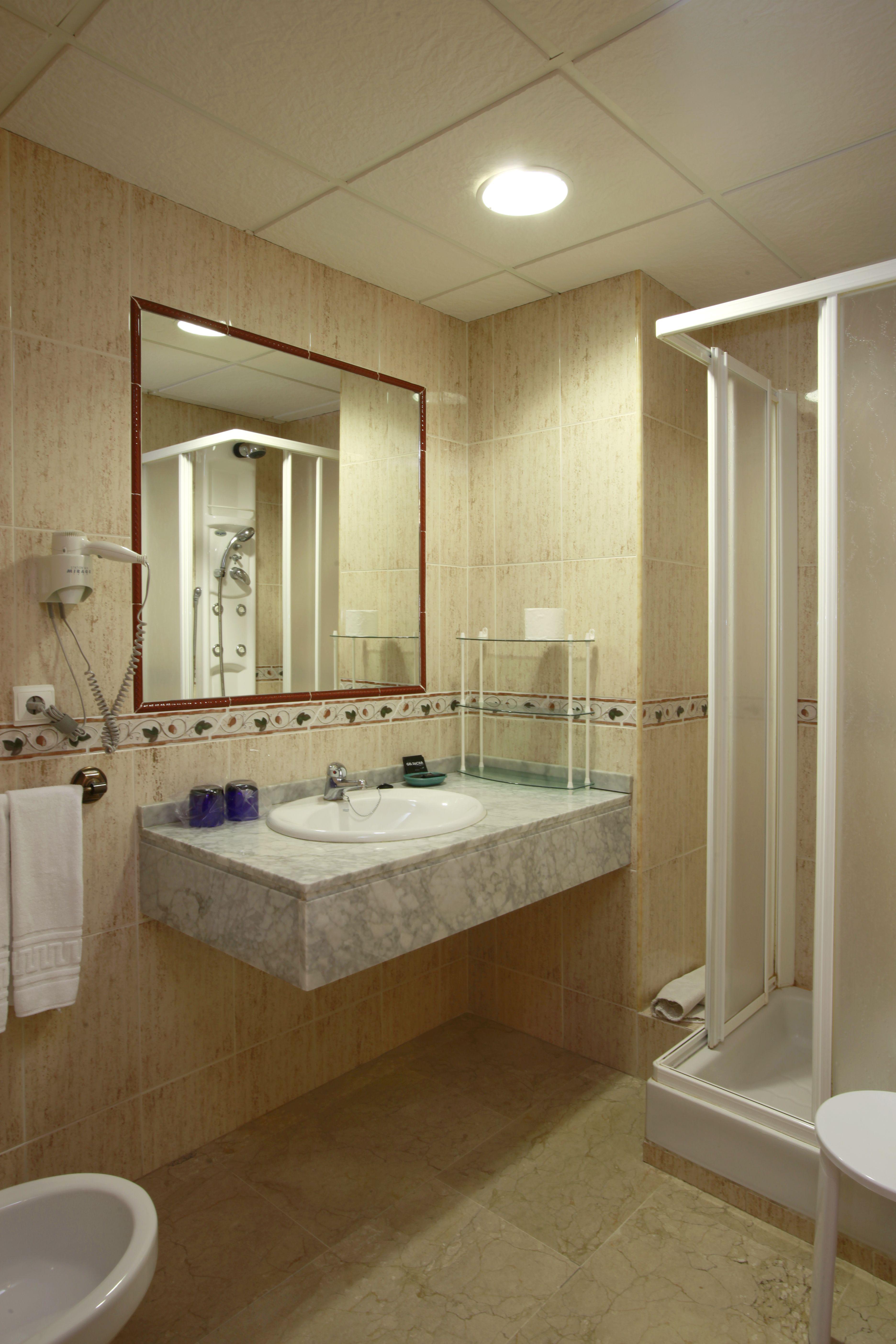 Cuarto de ba o completo con ducha tambi n disponemos de for Cuartos de bano con ducha
