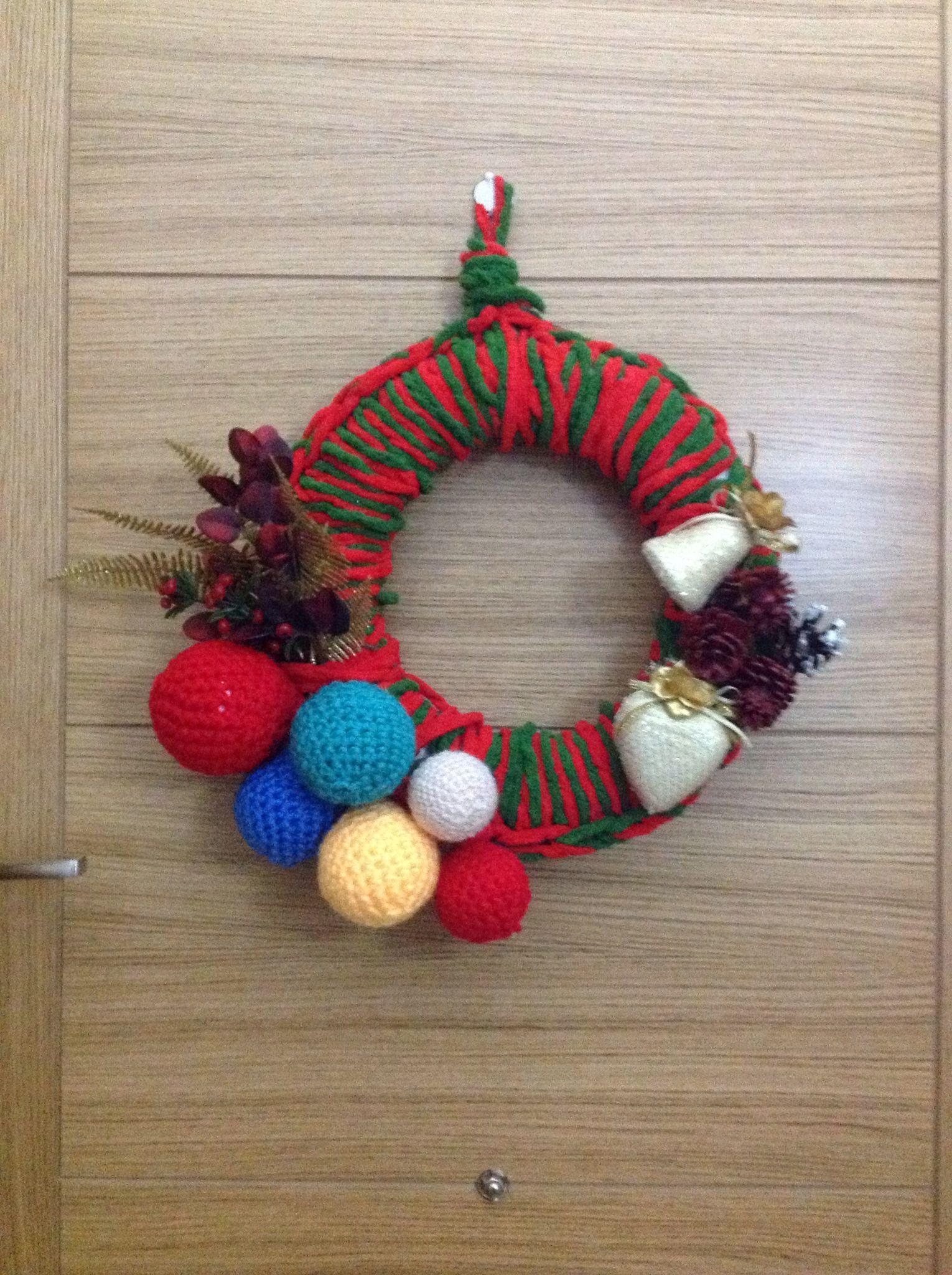 Diy corona de navidad hecha con lana y adornos bolas - Adornos de navidad hechos a mano ...