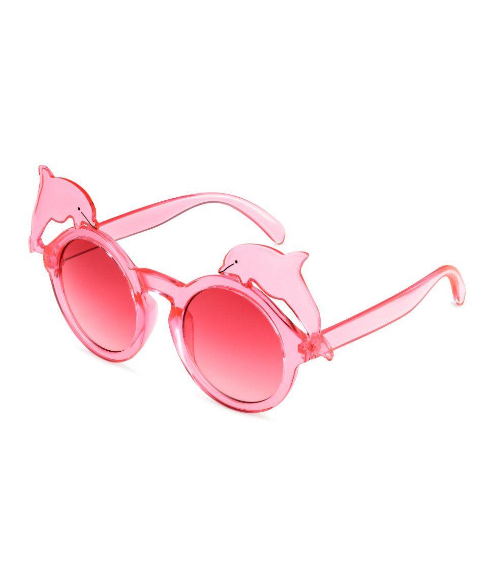 8934e2e949 Kolla in det här! Ett par solglasögon med bågar i plast dekorerade med  delfiner.