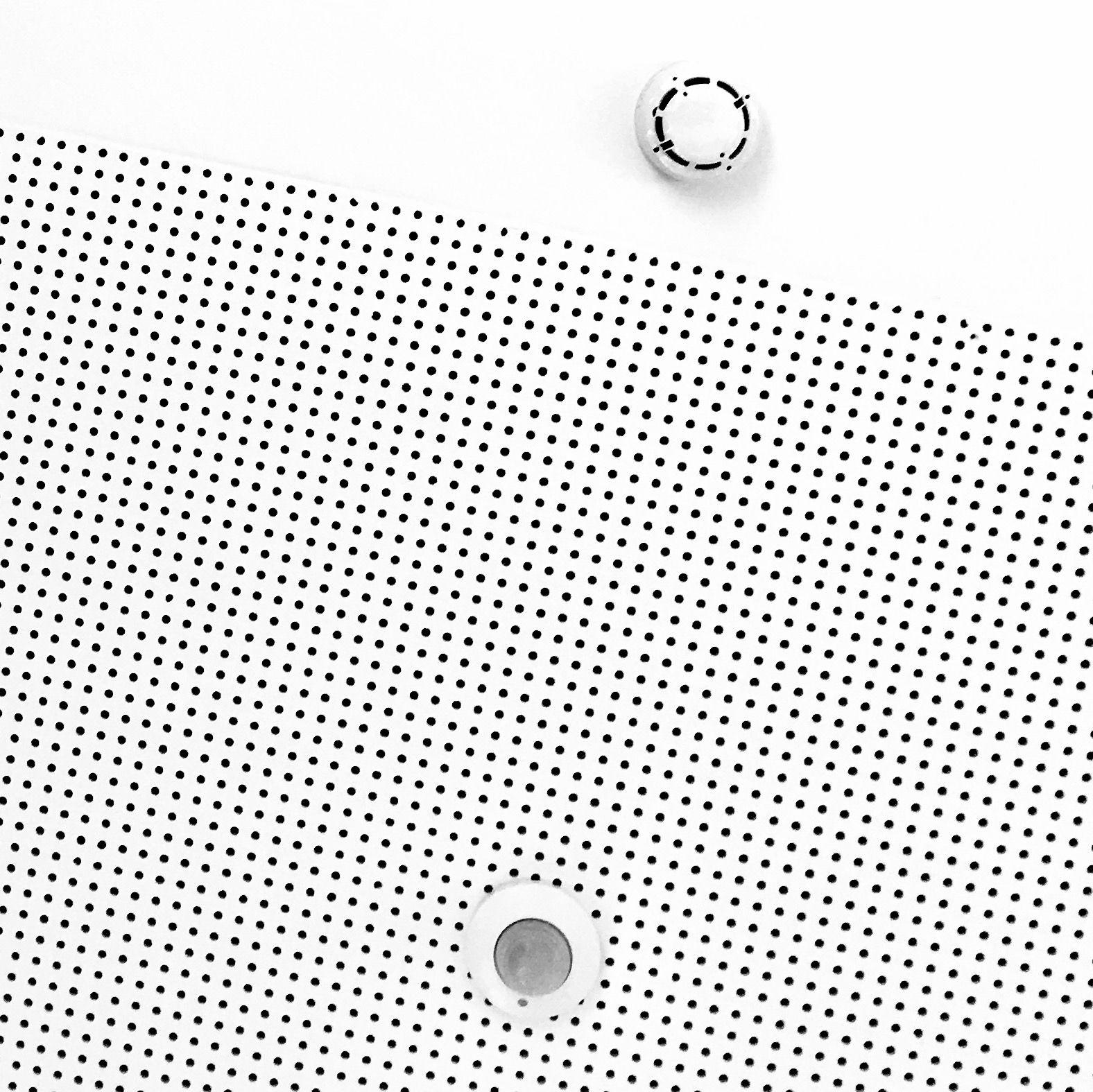Heel veel kleine punten op een plafond. Twee grote punten die een schuine lijn vormen. Het is een asymmetrische compositie.