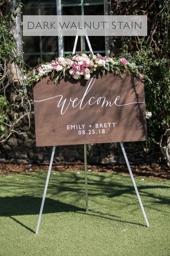 Holzernes Hochzeits Willkommensschild Mit Namen Und Datum Rustikale Hochzeit Willkommensschil In 2020 Wedding Welcome Signs Wedding Decorations Rustic Wedding