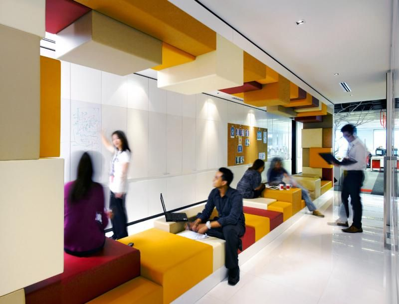 Ambiente compartilhado com pufes modulares e paredes de - Paredes modulares ...