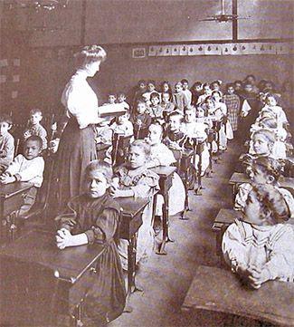 Koulutus yleistyi 1800-luvulla. Oppikouluihin pääsivät myös tytöt, sillä tyttökouluja perustettiin.
