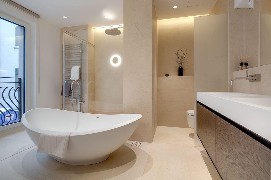 Bad mit freistehender Badewanne und begehbarer Dusche ...
