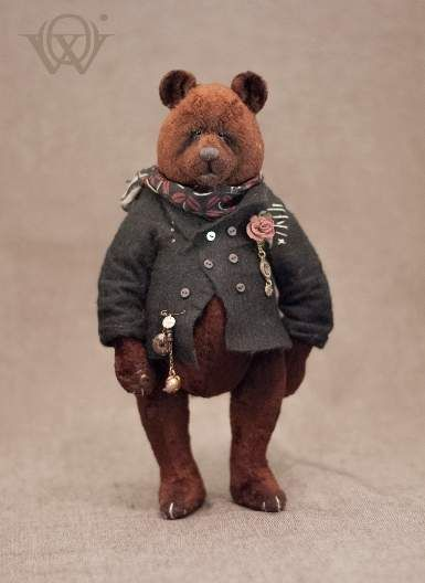 Howard By Olga Vishnevetskaya - Pattern uniquely designed by the creator Vintage Soviet Plush Glass eyes Entirely hand sewn Stuffed with cedar sawdust mixed with Siberian herbs Tinted by oil paints Five movable joints Weight 17 oz (about 480 gr) The bear can sit without support, but it requires su...