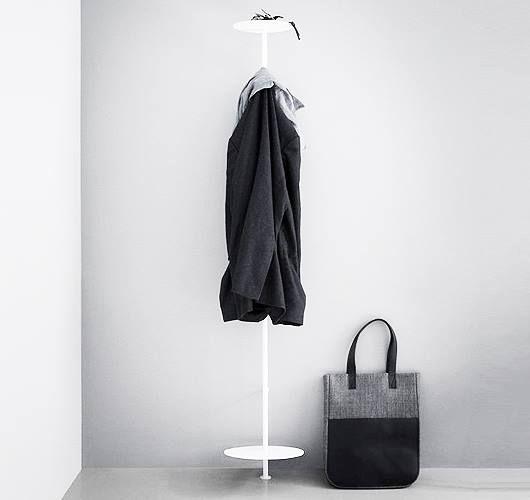 Die schmale Garderobe ist perfekt für schmale Flure oder beengte Räume, da sie im Stil einer Hängegarderobe an der Wand angebracht wird. Hier entdecken und shoppen: http://sturbock.me/icP