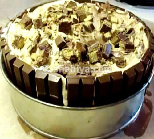 أضيفي طبقة آيس كريم كراميل وانثري فوقها مكعبات كيت كات Crazy Cakes Cake Kit Chocolate Kit Kat Cake
