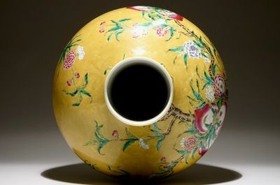 A Chinese famille rose tianqiuping bottle vase with 9 peaches design on a dark yellow ground, 19/20th C.