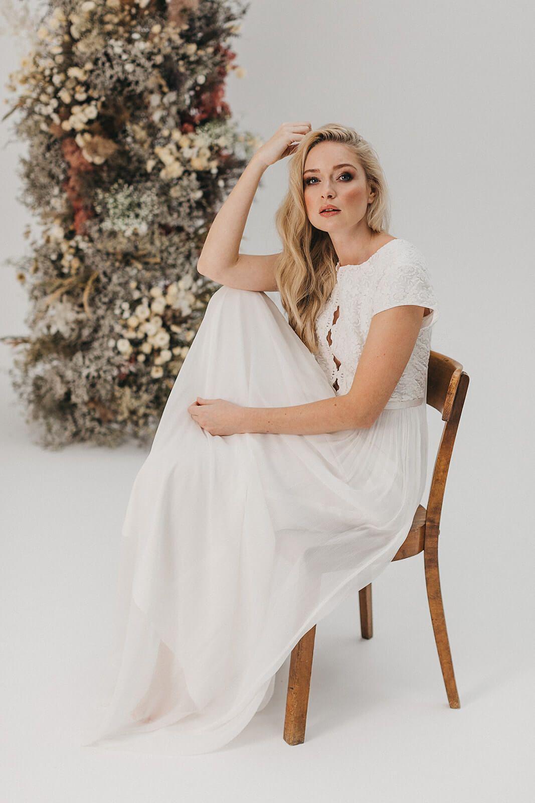 Hochgeschlossenes Hochzeitskleid mit Spitze und Seidenrock in 18