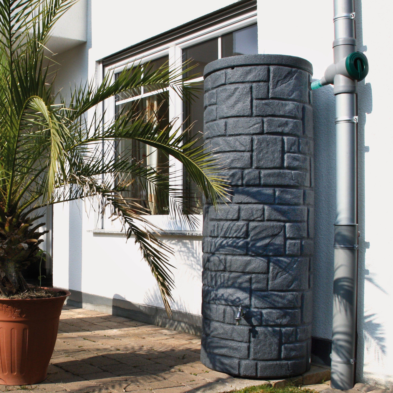 Diese Regentonne mit 360 L Volumen in der Farbe black granit überzeugt durch die naturbetreue Nachbildung einer kleinen Natursteinsäule. #regentonne #regentonnenshop www.regentonnenshop.de