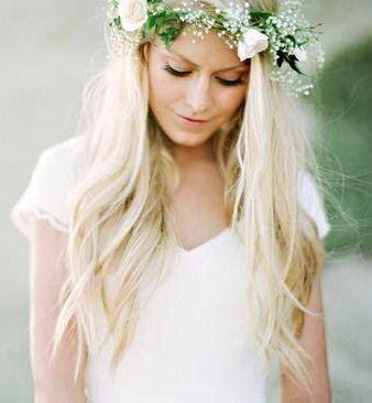 Couronne de fleurs sur cheveux lâchés Coiffure mariage