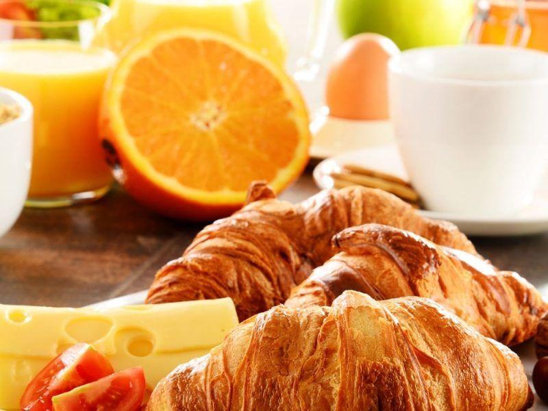 طريقة عمل الكرواسون البسيط الكرواسون من المعجنات الشهية التي يمكن عملها بأشكال وأذواق مختلفة وتصلح للإفطار أو العشاء السريع أصله فرنسي و Recipes Eat Good Eats