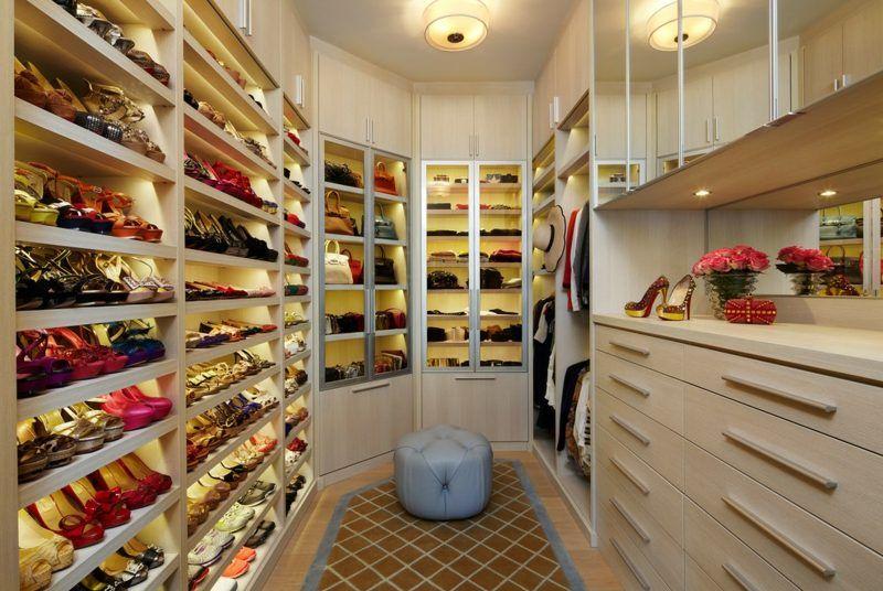 Stauraum für die Schuh-Kollektion im begenbaren Kleiderschrank ...