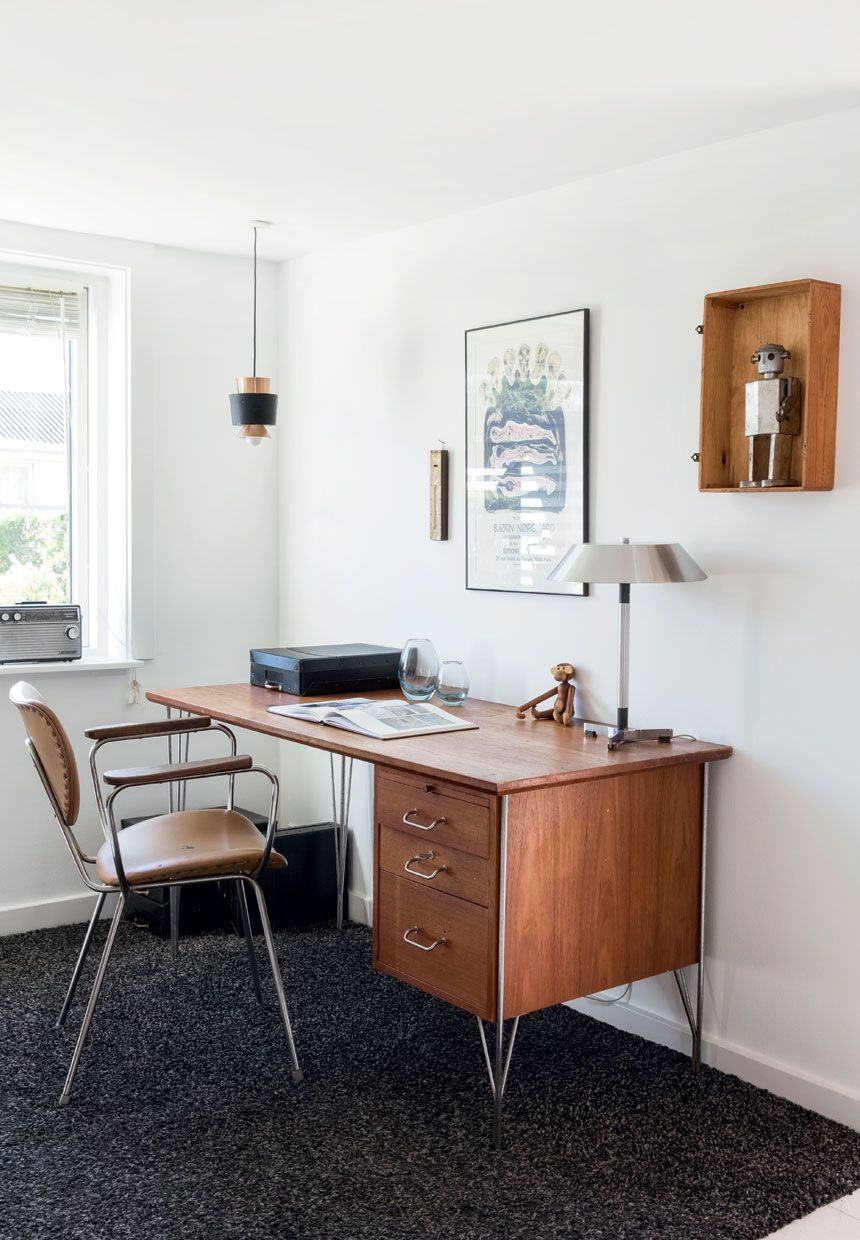 Elegant teakwood furnitures and flea market finds give a sophisticated, traditional and retro-inspired style in the home office.