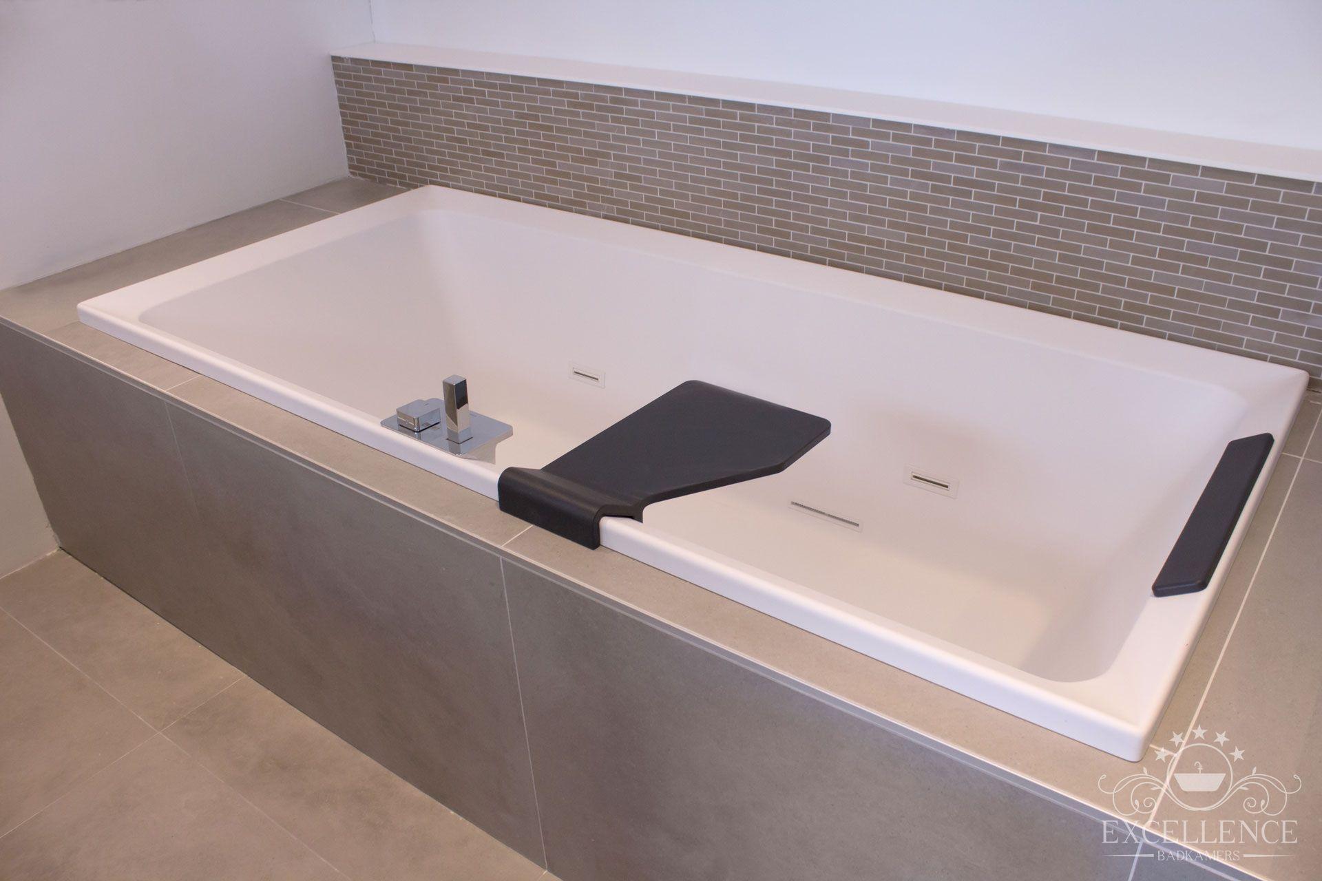 Maatwerk badkamer. Acryl ligbad mat wit met badkraan chroom en mat ...