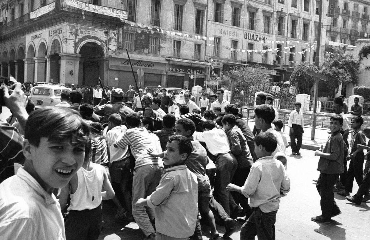 Scenes De Liesse A Alger Lors De L Independance De L Algerie En 1962 Historical Figures Scenes Historical