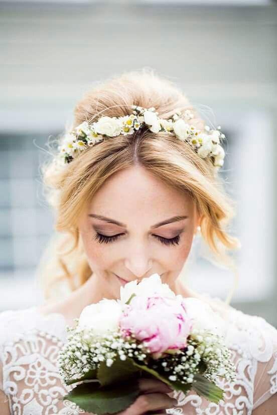 Blumenkranz  Haare in 2019  Hochzeit frisuren