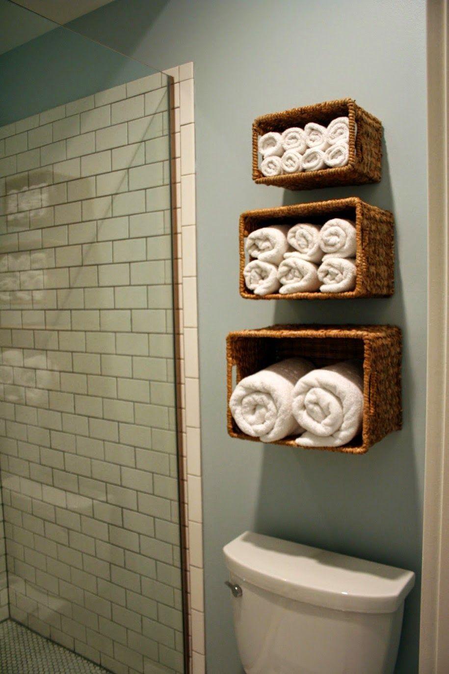 Aprovecha el inodoro como espacio de almacenaje para un for Cesta para muebles de bano