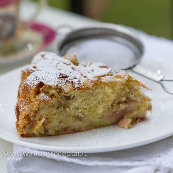 Minkštas rabarbarų pyragas su migdolais