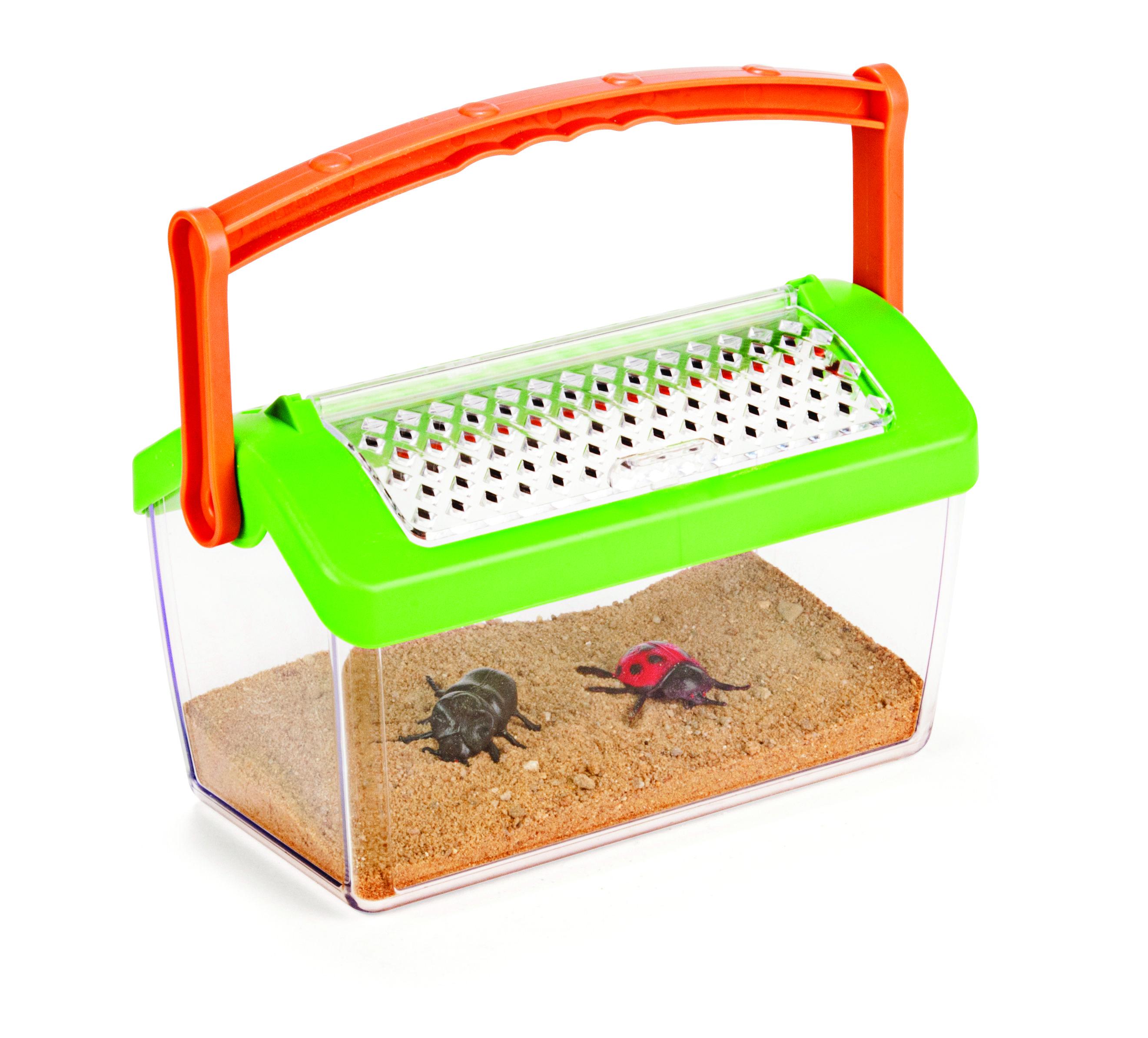Transportabelt insekthus med håndtag og lufthuller. I insekthuset kan man både have mariehøns, myrer, larver, biller, edderkopper og andre sjove insekter boende, imens man studerer dem og deres levevis. Husk at slippe dem fri i naturen igen... #Natur #Naturfag #Udeliv #Haven #Insekter #Undersøgelser #NytLegetøj