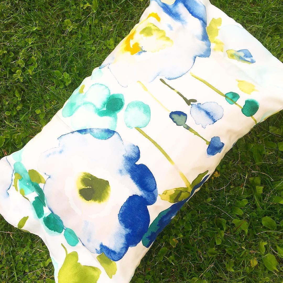 Kattaus niityllä on kankaan nimi. Kellahdan nurtsille ja pistän tyynyn pään alle. #ompeluhommat