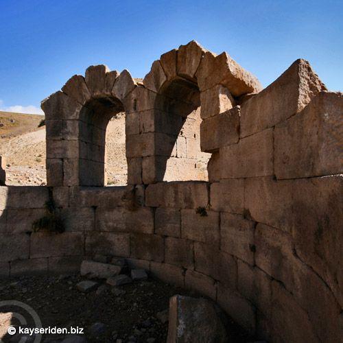 """Gereme Harabeleri (Develi/Kayseri)Eski adı """"Spistra"""" olan Gereme'nin hristiyanlığın ilk dönemlerinde  önemi daha da artmış, Hz. İsa'nın havarilerinden Aziz Paul dini neşriyatını yaymak için 532 Yılında Gereme'ye gelmiştir."""